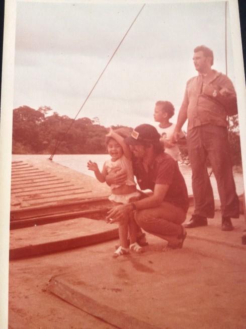 Já na balsa, com meu pai.