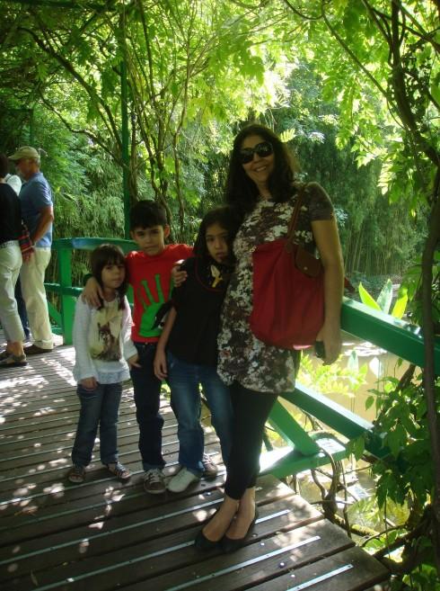 Eu, filhotes e sobrinha conhecendo os Jardins de Monet