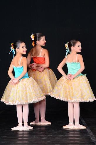 A menina e amigas (infância)