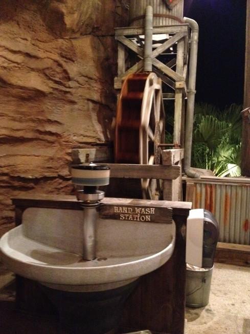 Para as crianças lavarem as mãos ao saírem do tanque de areia!