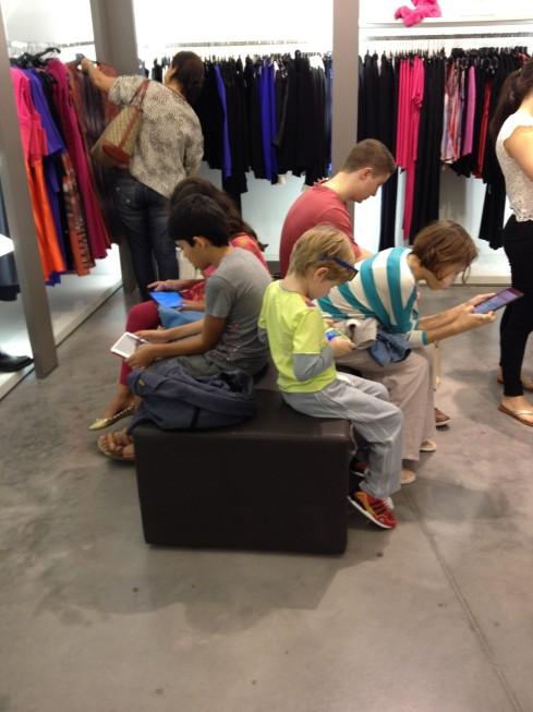 Crianças (incluindo as minhas) jogando, enquanto os pais olham/compram em uma loja... rsrs
