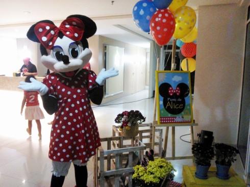 Minnie recepcionando os convidados da Alice!