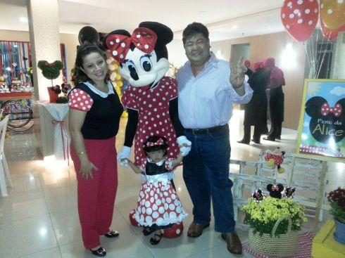 Alice com a mamãe Adriana e o papai Otto! E a Minnie!