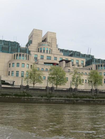 Será que o James Bond está hoje no prédio do MI6?