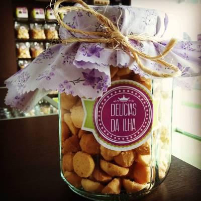 Pote de vidro com 500g de biscoitos amanteigados (R$ 30,00)