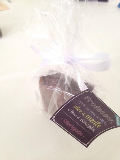Brownie clássico ou recheado com laço e tag (a partir de R$ 3,20)