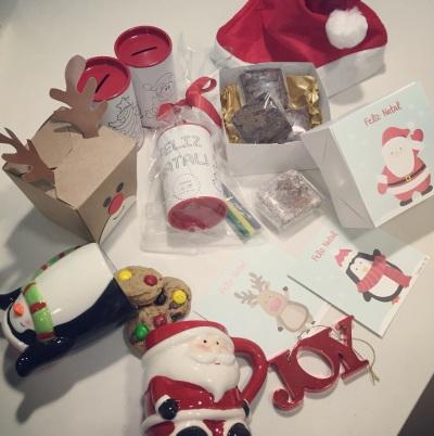 Canecas Papai Noel ou Pinguim com cookies ou palha americana - R$32/Caixa da rena com cookies tradicionais - R$15/Caixinhas brancas com desenhos na frente a partir de R$14